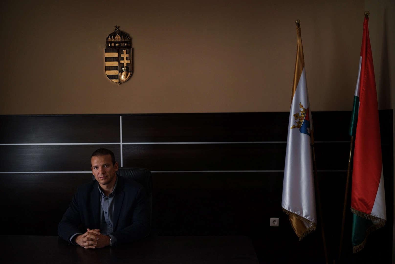 László Toroczkai, le maire d'Ásotthalom, la commune hongroise située de l'autre côté de la frontière, dans son bureau. Il est le vice président du parti d'extrême droite Jobbik.