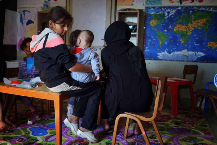 Des enfants venant de Syrie et d'Afghanistan apprennent l'anglais avec leur professeur serbe, Tamara.
