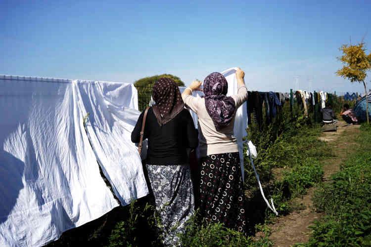 Des femmes du Kurdistan irakien étendent du linge.