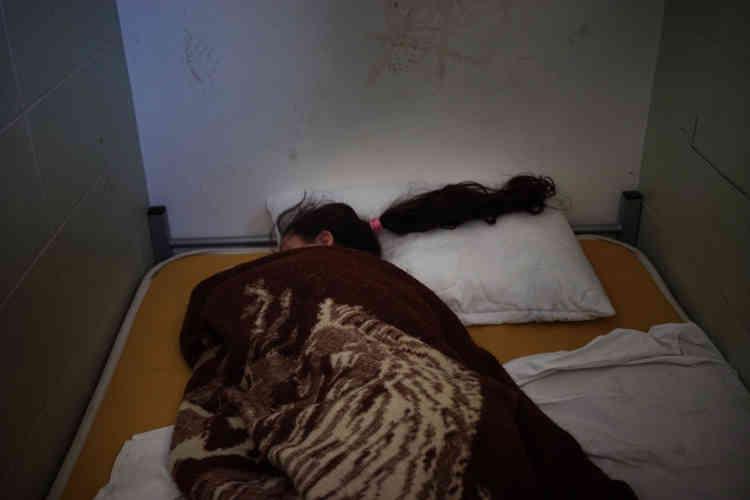 Une Syrienne dormant dans son lit. Le camp de transit de Subotica a été conçu pour 70migrants, il en accueille actuellement 250, seuls quelques-uns ont une chambre.