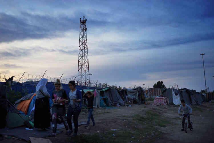 Des femmes et des enfants du camp de Tompa-Subotica, près de la clôture marquant la frontière.