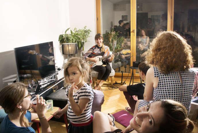 Concert à domicile avec Marion Mayer, chanteuse folk.