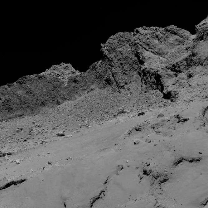 Des falaises à pic de 200 mètres de haut, des puits larges et profonds de 100 mètres, des blocs isolés de 50 mètres de diamètre, le portrait de la comète dessiné par Rosetta a surpris les scientifiques.