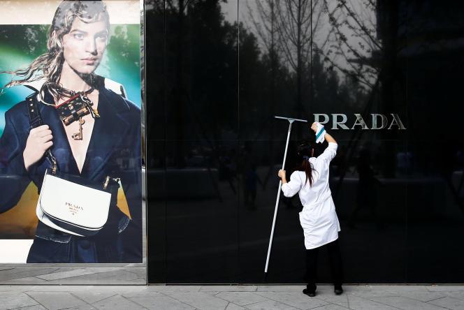 «Il n'y a pas de nouvelle Chine, c'est la première crise structurelle du luxe, dit Olivier Abtan, du Boston Consulting Group (BCG)»(Photo: boutique Prada à Pékin, en Chine, en septembre).