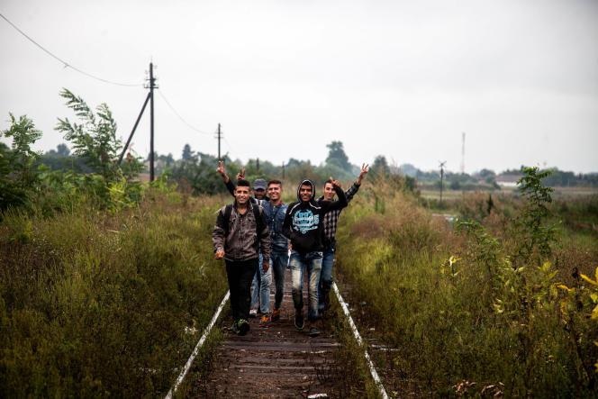 Des migrants sur une voie de chemin de fer désaffectée, à la frontière entre la Serbie et la Hongrie.
