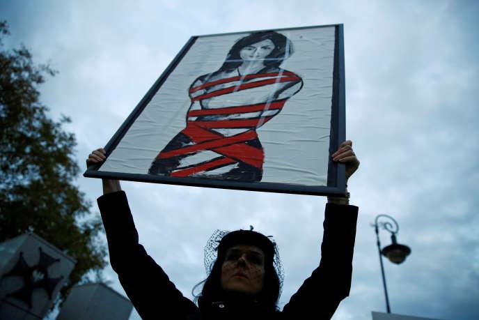 Une femme tient une pancarte à Varsovie, le 22 septembre en Pologne.