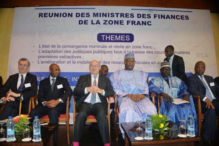 Le ministre de l'économie et des finances français Michel Sapin assiste à la conférence des ministres des finances de la zone franc le 9 avril 2016 à Yaoundé.Le premier ministre camerounais Philemon Yang (3ème sur la droite) était présent.