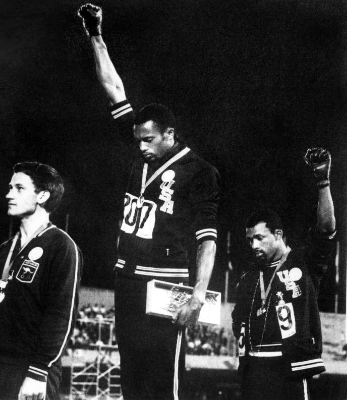 Tommie Smith et John Carlos sur le podium lors des Jeux de Mexico, le17octobre1968.