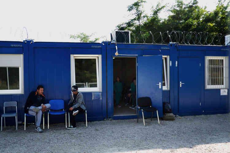 Les migrants qui se trouvent sur la liste des partants attendent le bus qui doit les conduire, après des entretiens et des examens, dans la zone de transit de Röszke (Hongrie).