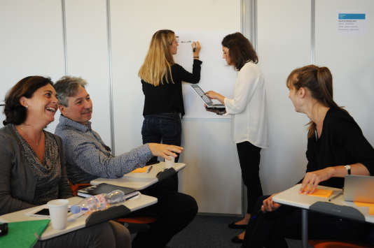 Des professeurs travaillent par petits groupe sur les pédagogies universitaires innovantes au séminaire Sapiens, à Paris, le 9 septembre.