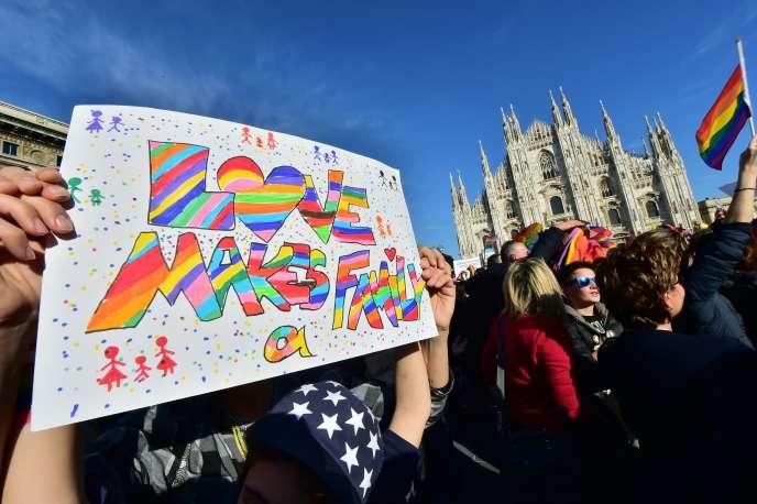 « C'est l'amour qui fait une famille», lu sur une pancarte lors d'une manifestation pour l'union civile entre personnes homosexuelles, à Milan, le 21 février 2016.