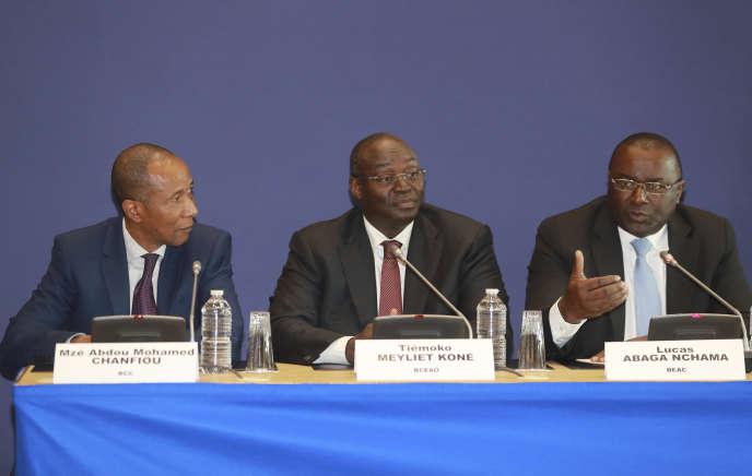 Le gouverneur de la Banque centrale des Comores, Mze Abdou Mohamed Chanfiou, celui des Etats d'Afrique de l'Ouest, Tiémoko Meyhet Koné, et de la Banque centrale des Etats d'Afrique centrale,Luca Abaga Nchama, lors de la conférence de presse des ministres des finances de la zone franc, vendredi 30 septembre à Paris.