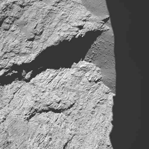Cette photo de la comète 67P/Tchourioumov-Guérassimenko, surnommée «Tchouri», a été envoyée par la sonde Rosetta de l'Agence spatiale européenne (ASE) et reçue vendredi30septembre. La photo a été prise à 11,7 kilomètres de la surface, durant la descente de la sonde.