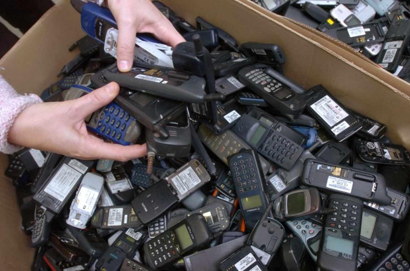 ca PIN (deux-sèvres) în atelierele de bocaje: cutii de carton umplut cu telefoane mobile utilizate destinate a fi reciclate sau reparate Telefoanele mobile utilizate destinate reciclate sau reparate. Frank Perry / AFP