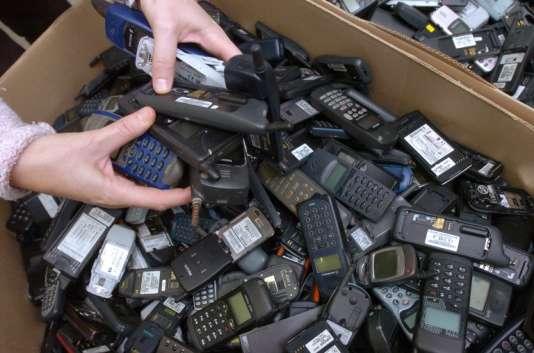 Au Peux du Pin (Deux-Sèvres) dans les Ateliers du bocage : cartons remplis de téléphones portables usagés destinés à être recyclés ou réparés.