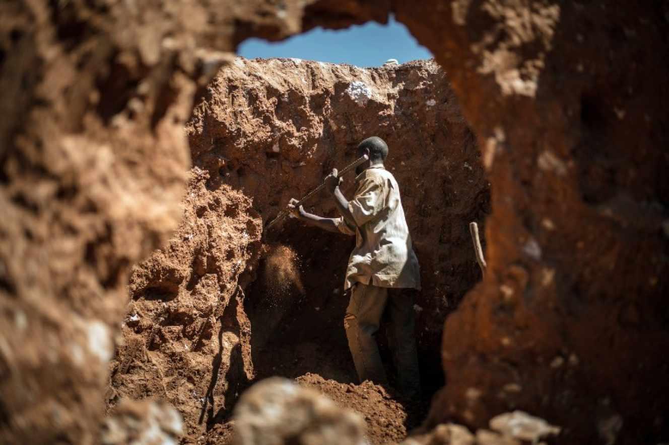 Un om caută Cobalt într-o mină lângă Lubumbashi în Republica Democratică Congo.