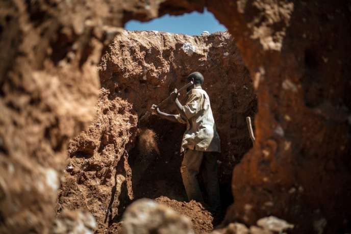 Un homme cherche du cobalt dans une mine près de Lubumbashi en République démocratique du Congo.