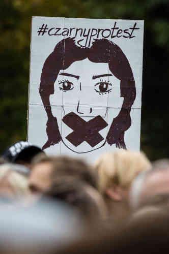 Les défenseurs du droit à l'avortement ont lancé l'idée d'une «grève des femmes» lundi en Pologne, pendant laquelle les femmes sont appelées à s'absenter de leur travail, à se vêtir de noir ou à participer à diverses manifestations à travers le pays. Ici à Varsovie, le 1er octobre 2016, une pancarte où figure le mot-dièse«#CzarnyProtest»,«protestation noire».