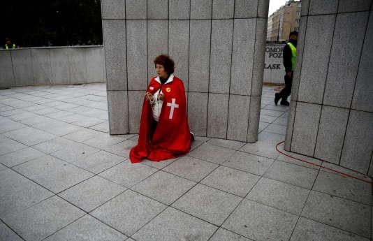 Une manifestante contre l'avortement devant le Parlement de Varsovie, le 22 septembre 2016.