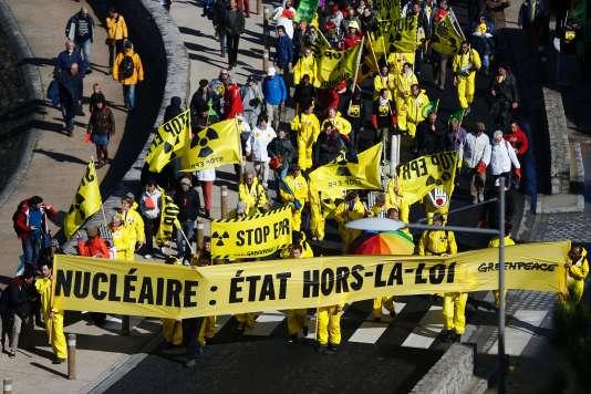 Manifestation anti-nucléaire près de l'EPR en construction de Flamanville, le 1er octobre.
