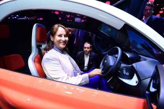 La ministre de l'environnement Ségolène Royal au volant de la voiture électrique Twizy 45 de Renault, le 1er octobre au mondial de l'automobile.