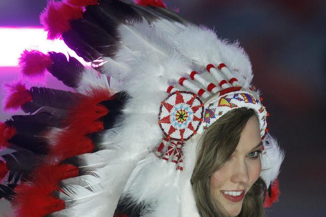 Un mannequin défile avec une coiffe indienne lors de la présentation d'une collection de lingerie Victoria's Secret, àNew York, le 7 novembre 2012.La maison a été accusée d'« appropriation culturelle» pour avoir utilisé cet élément de costume.