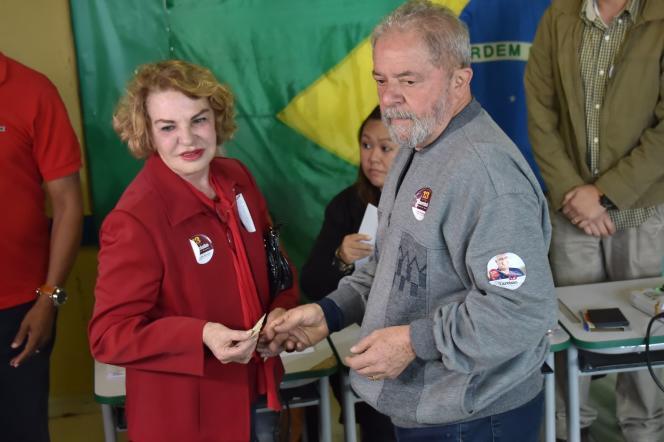 L'ancien président brésilienLuiz Inacio Lula da Silva et sa femme, dans un bureau de vote deSao Bernardo do Campo, le 2 octobre.