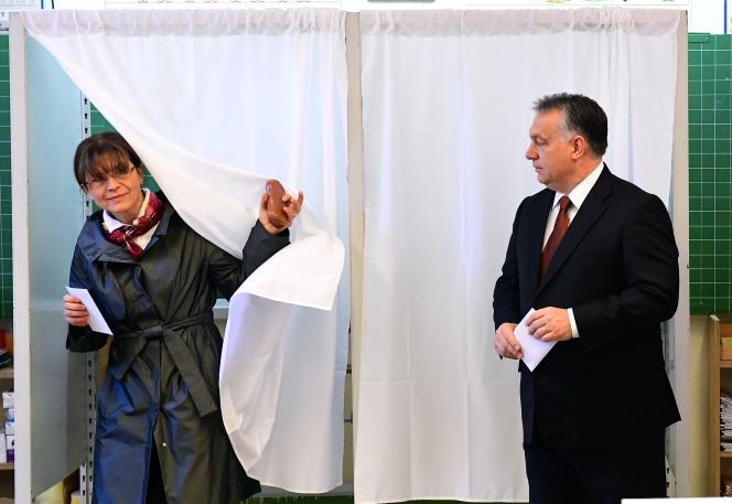 Le premier ministre hongroi Viktor Orban, et sa femme Aniko Levai, à la sortie de leur vote sur le référendum du 2 octobre sur la question des réfugiés.