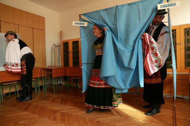 Des électeurs hongrois se prononcent sur le plan de répartition des réfugiés de l'Union européenne, le 2 octobre àMezokoevesd, dans l'est de la Hongrie.