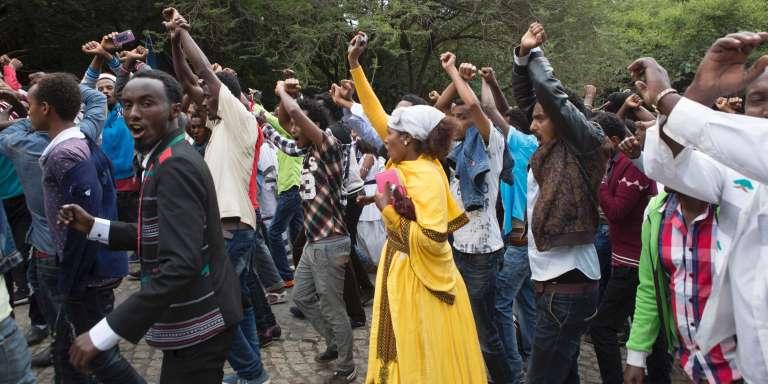 Des habitants de Bishoftu croisent les bras au-dessus de leur tête en signe de protestation contre les autorités d'Addis-Abeba, lors du traditionnel festival oromo d'Irreecha, le 2 octobre.