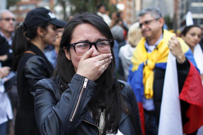 Des partisans de l'accord de paix, après la victoire du non au référendum, dimanche 2 octobre, à Bogota.