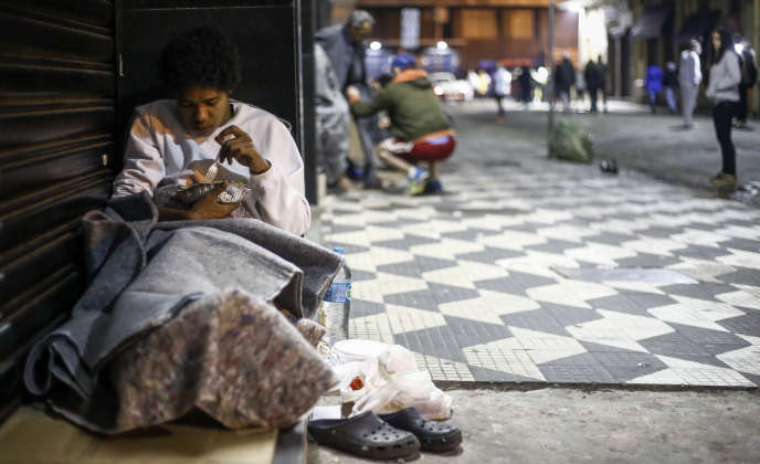 Une personne sans abri à Sao Paulo, en juin. Le Brésil fait partie des pays dont la part de la population la plus pauvre a vu ses revenus croître depuis 2008.