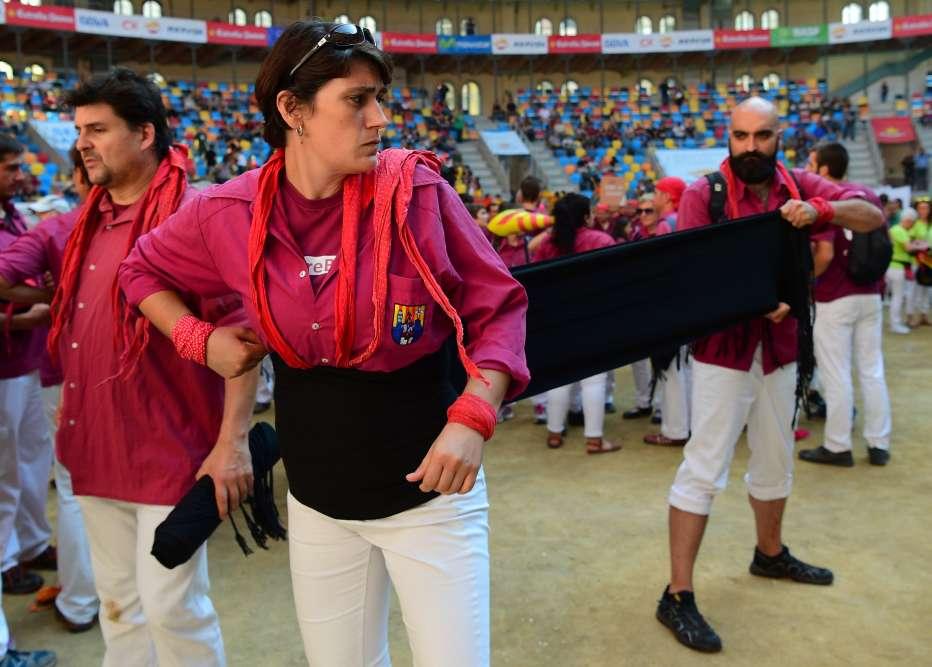Les membres de l'équipe Castellers de Lleida se préparent à lacompétition, le 1eroctobre.
