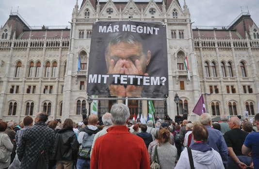 « Qu'ai-je encore fait ? », peut-on lire sur une pancarte représentant Viktor Orban, à Budapest, le 2 octobre. Vadim Ghirda/AP