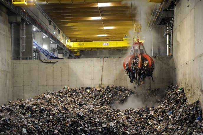 Fosse de déchargement des déchets de l'incinérateur de Fos-sur-Mer, près de Marseillen, en 2010.