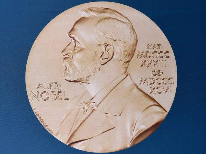 Un portrait d'Alfred Nobel.