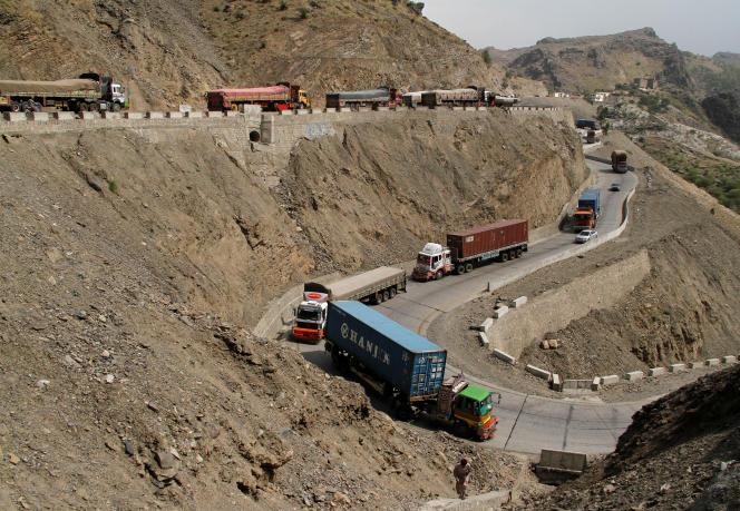 Des camions bloqués plusieurs jours au Pakistan, à la frontière Pakistan le 18 juin.