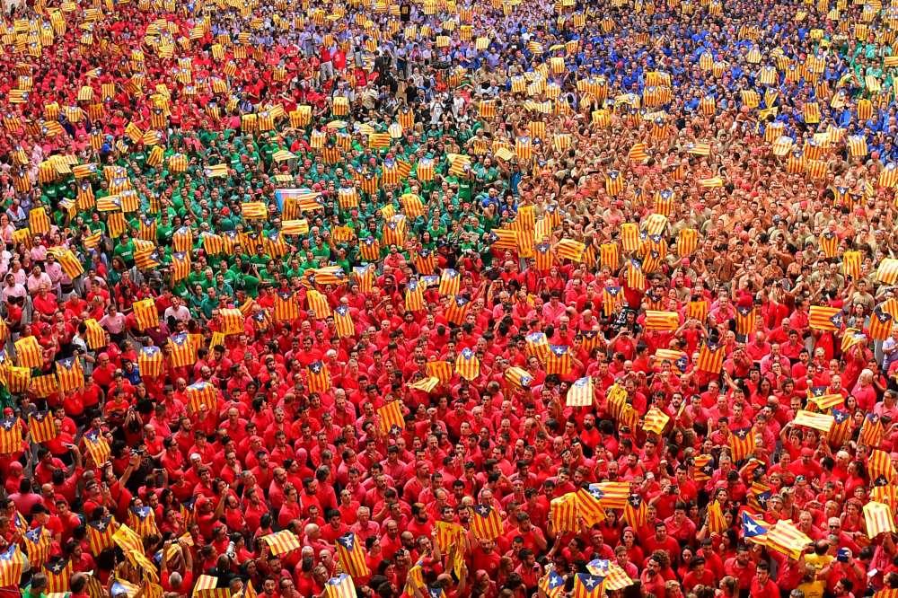 La foule brandit des « esteladas», les drapeaux catalans pro-indépendance, le 2octobre.