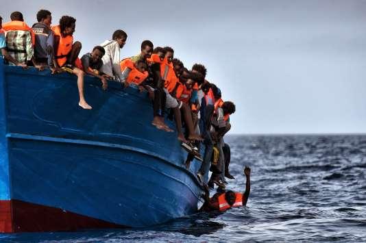 Des migrants pris au piège attendent les secours au large de la Libye, le 3 octobre 2016.