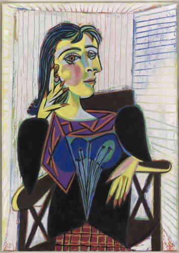 «Compagne de Pablo Picasso depuis 1936, la photographe Dora Maar est ici représentée en majesté, dans la position classique des femmes assises dans un fauteuil. Dora Maar apparaît à la fois magnétique et inquiétante, dans un espace contraint signifié par un motif tramé qui crée une sensation d'oppression. Le traitement tout en rondeur du visage du modèle, très lumineux, contraste avec celui de son buste, plus angulaire et acéré.»