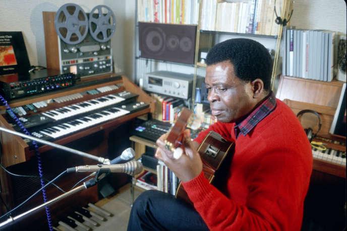 Le compositeur camerounais Francis Bebey dans son studio parisien.