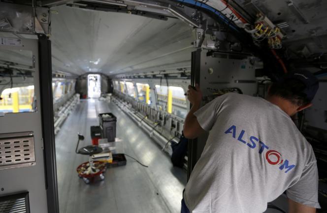 Fabrication d'un TGV dans l'usine Alstom de La Rochelle, en août.