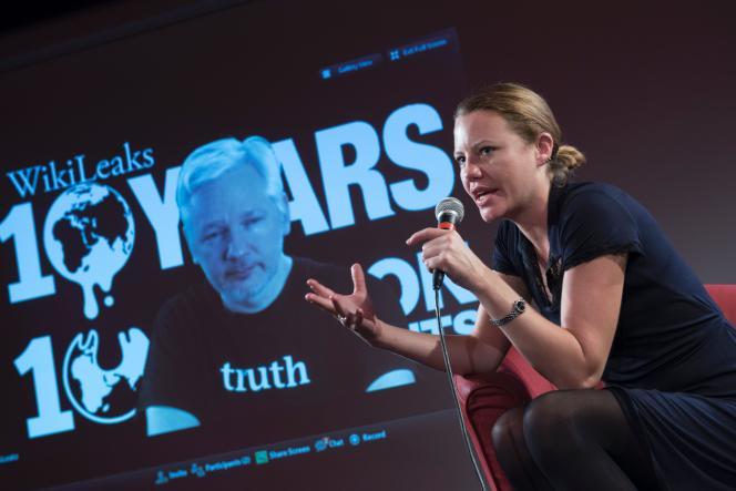La journaliste britannique et chercheuse en droit Sarah Harrison, qui travaille avec l'équipe de défense juridique deWikiLeaks, et Julian Assange, en visioconférence, le 4octobre, à Berlin.