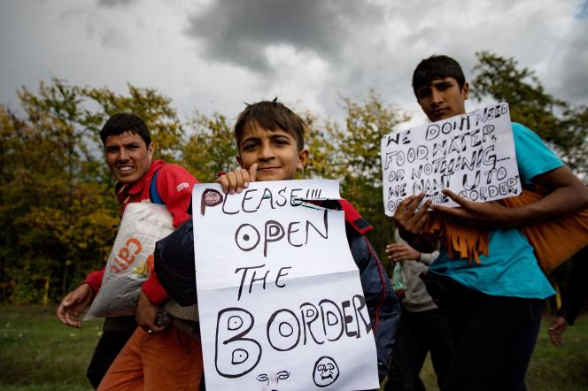Plus de 300 migrants, partis de Belgrade, marchent vers la Hongrie, le 3 octobre 2016.