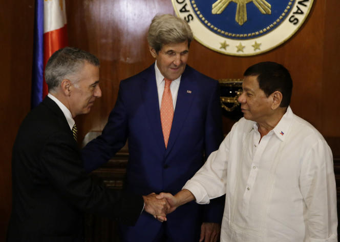 Le président des Philippines, Rodrigo Duterte (à droite), salue l'ambassadeur des Etats-Unis à Manille, Philip Goldberg, sous le regard du secrétaire d'Etat américain, John Kerry, lors d'une visite de ce dernier au palais de Malacanang, le 27juillet.