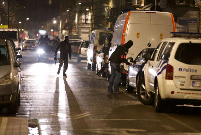 Lors d'une opération de police àSchaerbeek, le 24 mars. La preuve des ramifications des attaques du 13 novembre avait été découverte fin mars à proximité d'une des dernières planques des djihadistes, rue Max-Roos, dans cette commune de l'agglomération bruxelloise.