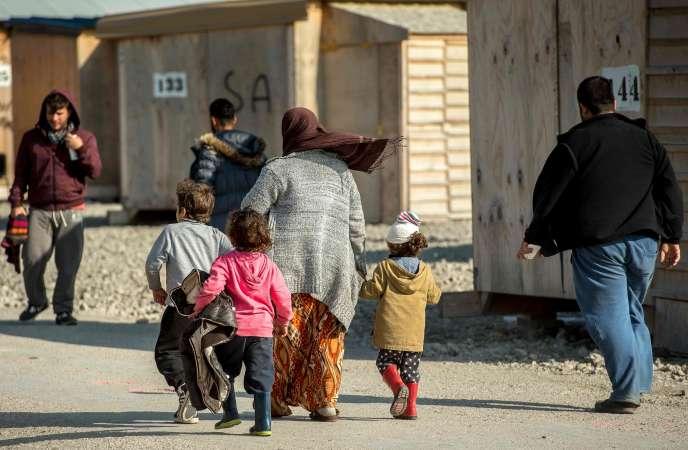 Une femme et ses enfants dans le camp pour migrants et réfugiés de Grande-Synthe (Nord), en octobre 2016.