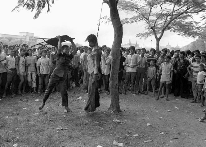 Un militant ultraroyaliste s'acharne sur le corps d'un étudiant, le 6 octobre à Bangkok. La photo, devenue un symbole de la répression, a valu à Neal Ulevich le prix Pulitzer en 1977.