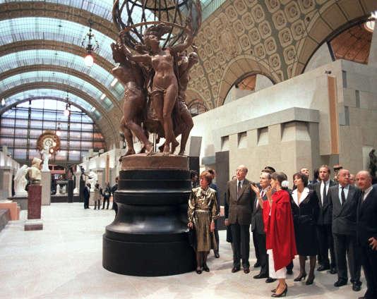 Le président de la République François Mitterrand écoute les précisions d'Anne Pingeot, conservateur du Musée d'Orsay lors de l'inauguration du musée, le 1er décembre 1986 à Paris, en présence de l'ancien présidentValéry Giscard d'Estaing.