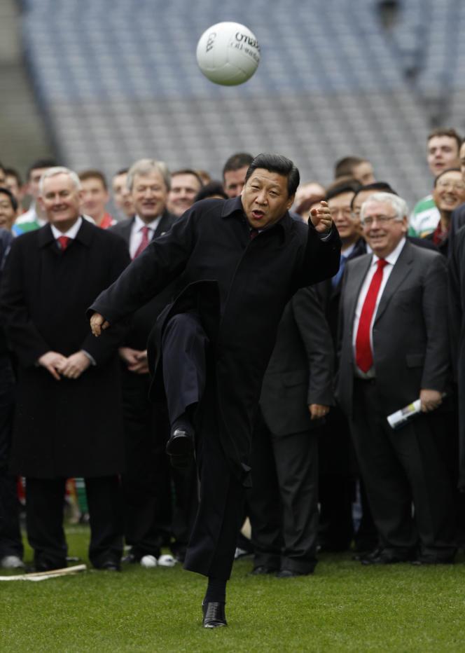 Le Vice-président chinois, Xi Jinping joue au football, le 19 février 2012 à Dublin en Irlande.